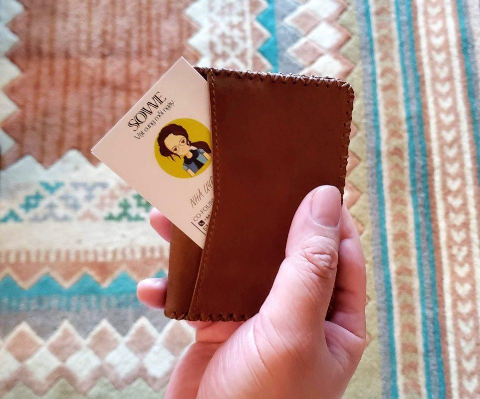 Mặt ngoài ví mini dáng đứng là vách đựng danh thiếp