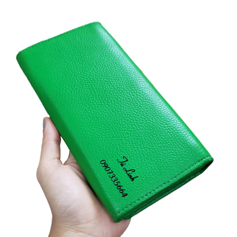 Bạn cũng có thể khắc tên người thân làm quà tặng ý nghĩa trên chiếc ví da màu xanh lá cây này