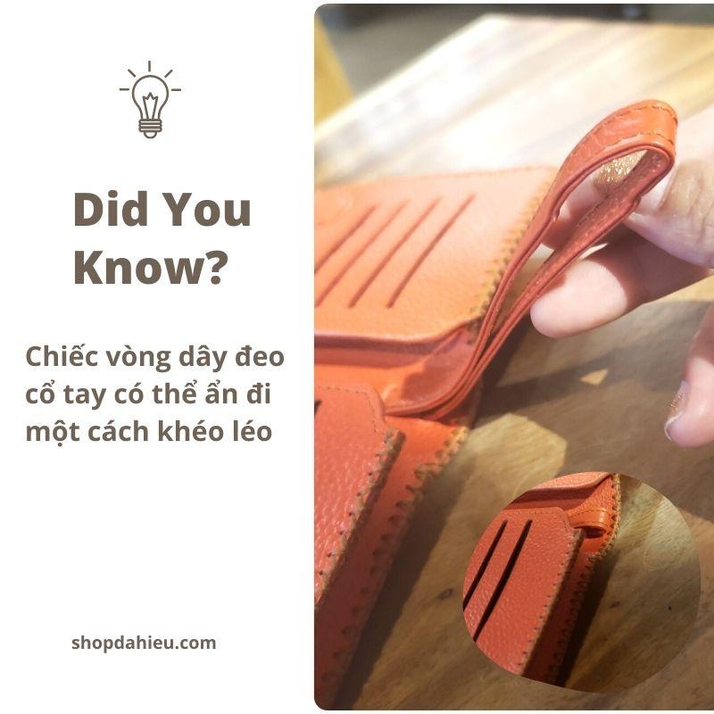 Bạn có thể đeo nó vào cổ tay của bạn hoặc có thể chuyển đổi từ đeo tay sang ví cầm tay bằng cách ẩn dây đeo đó vào trong.